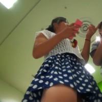 【盗撮パンチラ画像】JK1ぐらいのロリロリ少女のスカートをスマホの連射機能で逆さ撮り!この接近撮りはヤバイわwwwwwwww