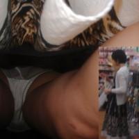 【盗撮パンチラ画像】若妻ママさんの生パンツを逆さ撮りで狙い撃ち!生々しいパンツをドアップで盗撮wwwww