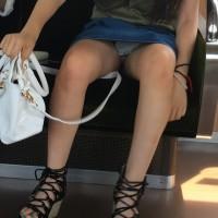 【パンチラ盗撮画像】電車内で豪快にパンチラしてる女の子がいたのでスマホで隠し撮りしてみたwwwwwww