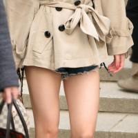 【花見エロチラ画像】生足にブーツそしてショーパン!最高の組合せの美脚ギャルを見つけたのでスマホでパシャリwwwwwwww