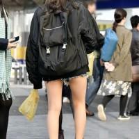 【街中チラ画像】プリケツしそうなデニムのショーパン、ホットパンツ。露出の激しい女の子最高wwwwwwww