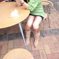 【街角パンチラ画像】カフェでパンツ見えてるミニスカギャルを見かけたのでスマホで即効パシャリ隠し撮りwwwwww
