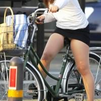 【チャリパンチラ画像】ポカポカ陽気の日は街で自転車パンチラに遭遇しやすい!サドルに食込む股間えろぉwwwwww