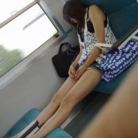 【エロチラ画像】電車の中で見かけた何かエロいギャル。生脚を見てるだけで勃起するwwwwwwww