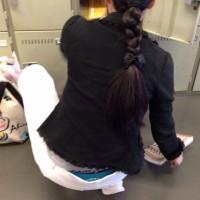 【盗撮パンチラ画像】腰パンマニアが背後から隠し撮り。しゃがみ込む子連れママが狙い目かwwwwwwww