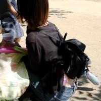 【公園パンチラ画像】若妻ママのパンツを盗撮するために背後から腰を隠し撮り!ローライズパンツげっとwwwwwww