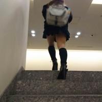【盗撮パンチラ画像】逆さ撮りのパンチラスポットでミニスカ女子を探してひたすら待機する奴wwwwwww