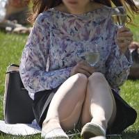 【パンチラ画像】公園でパンツ見えまくってる女の子発見!芝生に座る女の子は高確率でパンチラってるwwwwwww