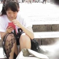 【公園パンチラ画像】暑い日に公園に行ったらパンチラ見れた!地べたに座り込む少女達のパンモロwwwwwwww