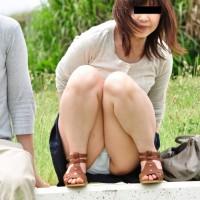 【街中パンチラ画像】公園で撮られた超抜けるパンチラの瞬間。かわいい女子大生のパンチラ顔出しもwwwwwww