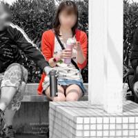 【パンチラ画像】公園でベンチに座る女の子を対面からパンツ盗撮!ギャルのしゃがみ込みパンチラもwwwwwww