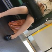 【電車パンチラ画像】ストレスが溜まってたので・・・サラリーマンが通勤電車でOLのスカート内隠し撮りwwwwwww