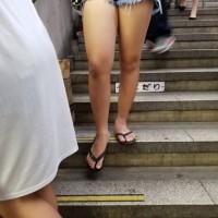 【街中チラリ画像】夏はショーパン生脚のエロギャルが街中で見放題!暑くなればどんどん過激にwwwwww