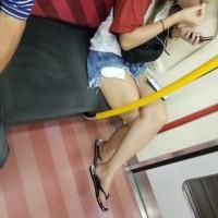 【電車内で脚チラ画像】度々遭遇するチラリズムの瞬間!いまの季節はショーパンギャルが熱過ぎwwwwww