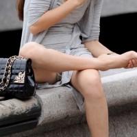 【盗撮パンチラ画像】女の子と目線が合っちゃう。パンツの隠し撮りがバレて・・・このシチュエーションに大興奮wwwwww