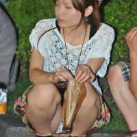 【夏パンチラ画像】良い眺めwwwしゃがみ込みM字パンチラを公園で見かけたら、その場でシコりたくなるwwwwww