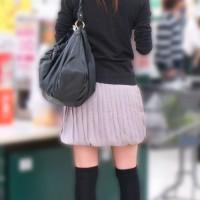 【パンチラ画像】接写パンツあり。人妻なのにミニスカ、スーパーで買物中のギャルママに密着して逆さ撮りwwwwww