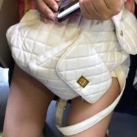 【電車エロチラ画像】電車内で女性の目の前に立って胸チラや足を隠し撮りする盗撮男wwwwwww