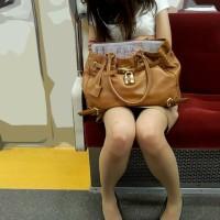 【電車チラリ画像】お姉さんの対面パンチラを狙う!スマホゲームをしてるフリして無音カメラでパシャリwwwwwww