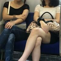 【足フェチチラリ画像】夏のペディキュア。エッチな生足の女の子を電車内でこっそり隠し撮りwwwwwwww