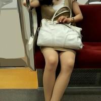 【電車パンチラ画像】対面に座る女性を隠し撮り→家に帰ってからパンツ撮れてたかチェックwwwwww