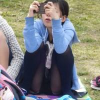 【パンチラ画像】これは抜ける!アングルが神!公園でパンチラ女子を次々隠し撮りする盗撮魔wwwwww