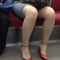 【足フェチ画像】エッチな脚の女の子を電車内で隠し撮り。家に帰ってからニヤニヤ観賞wwwwwww