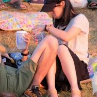 【公園パンチラ画像】よく見たらパンツが透けてたり、M字で座る股間にパンツがモロ見えだったりwwwwwww