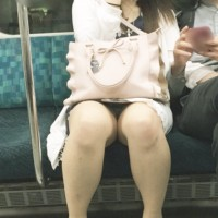 【電車パンチラ画像】対面に座る女の子のパンツが自然に見えちゃう。スマホをいじってる子は股ユルユルwwwwww