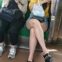 【足フェチ画像】電車内で見かけた生足ギャルにハァハァ。多少ブサ○クでも生足ならオナネタになるwwwwwww