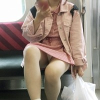 【電車内パンチラ画像】こんなパンチラの瞬間に出会えると一日が幸せになるw電車で勃起しちゃうわwwwwwww
