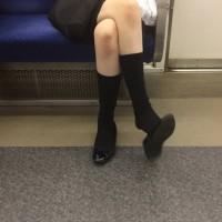 【電車内チラリ画像】対面に座る女の子の脚を見てハァハァ。見るのは自由、シコるのはNGwwwwww