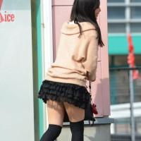 【街中フェチ画像】秋になっても生足を露出する女の子達。このまま冬も頑張ってエロい脚見せてくれwwwwwwwww