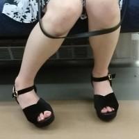 【足フェチ画像】本日の脚エロさん電車内で発見!隠しカメラで足指や太もも、生足を観察wwwwww