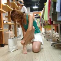 【盗撮パンチラ画像】ショッピング中の女の子は股間のパンチラガードが緩過ぎる!靴屋とか結構おすすめwwwww