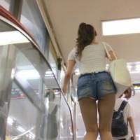 【足フェチ画像】エスカレーターをのぼるときに女の子の脚をひたすらガン見してみたwwwwwwwwww