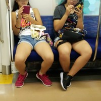 【電車エロチラ画像】大股開きのマンさん前から盗撮!10代JKのムチムチ生足!お姉さんのエロ脚もwwwwwwww