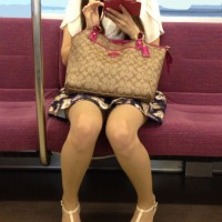 【電車内チラリ画像】ガラガラの車内でエロ足をじっくり観察ために女の子の対面に座るやつwwwwwww