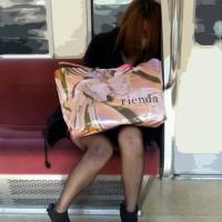 【電車チラリフェチ画像】パンツが見えそうで見えないアングルにムラムラするwwww
