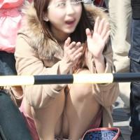 【盗撮パンチラ画像】モザイクでも何となく顔がわかるw女子大生の座りパンチラを次々激撮wwwwwwwwwww
