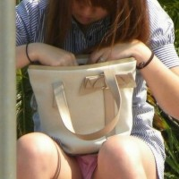 街中で無防備に座って思いっきりパンチラしちゃってる女子エローーいwwwwww