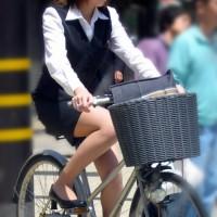 リクルートスーツで自転車をこぐOLが何かエロいwww